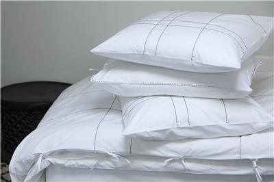 Valerie Barkowski bed linen blanc KARO noir credit tania panova
